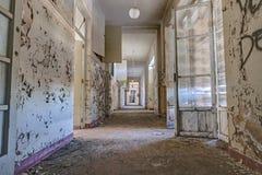 Korridor av en övergiven byggnad arkivfoton