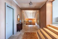 Korridor av en lyxig herrgård Arkivfoton
