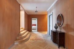 Korridor av en lyxig herrgård Arkivbilder