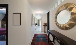 Korridor av ett modernt hus royaltyfri bild