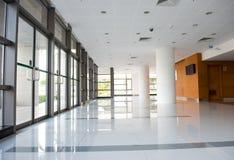Korridor av kontorsbyggnaden royaltyfri bild