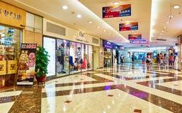 Korridor av modeshoppinggallerian arkivbild