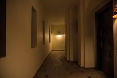 Korridor in der arabischen Art und großen schwarzen in der Tür, glühend am Th hell stockfoto