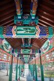 Korridor des traditionellen Chinesen mit klassischem Muster und Design Stockfotos