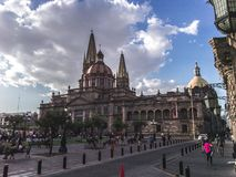 Korridor an einem bewölkten Tag und die Kathedrale von Guadalajara stockfoto