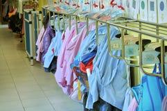 Schutzbleche, die in einem Kindergarten hängen Stockfoto