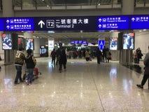 Korridor för ankomster Hong Kong för internationell flygplats till terminalen royaltyfri bild