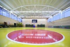 korridor för cirkelgolvidrottshall inom röd skola Arkivfoton
