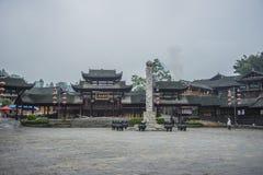 Korridor för forntida stad för Kina Songtao Miao Nationality Autonomous County Miao by lång royaltyfri bild