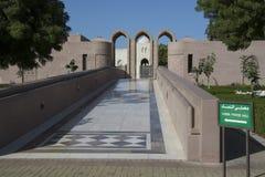 Korridor för Sultan Qaboos Grand Mosque kvinnabön Fotografering för Bildbyråer