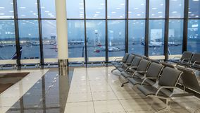 Korridor för terminal för internationell flygplats, sikt av flygfältet till och med fönstret, loppbegrepp arkivfoto