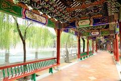 Korridor för traditionell kines, östlig asiatisk klassisk korridor i kinesträdgård i Kina Arkivfoton