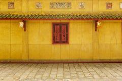 Korridor hinter roten Fenstern Stockfoto