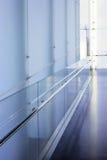 Korridor i byggnaden arkivbild