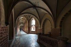 Korridor i det Malbork slottet, Polen royaltyfri bild