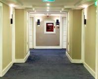 Korridor i en hotellbyggnad royaltyfri bild