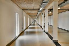 Korridor i en stor byggnad arkivfoto