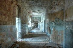 Korridor i ett övergett sjukhus i Beelitz royaltyfria foton