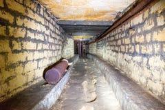 Korridor i ett bombarderaskydd royaltyfri fotografi