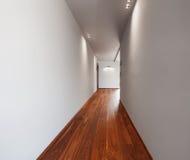 Korridor i ett modernt hus, tomma vita väggar royaltyfria bilder