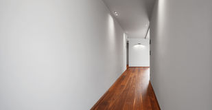 Korridor i ett modernt hus, tomma vita väggar, ingen royaltyfria bilder