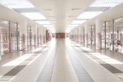 Korridor i flygplats Arkivfoton