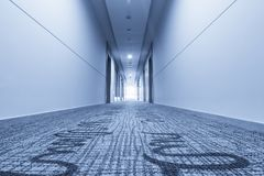 Korridor i hotell och matta Royaltyfria Foton