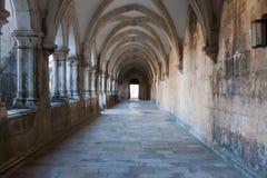 Korridor i kloster av Batalha Arkivbilder