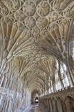 Korridor i klosterna på den Gloucester domkyrkan, Gloucestershire, England, Förenade kungariket arkivbild