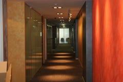 Korridor i kontoret perspektiv arkivbild