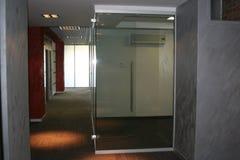 Korridor i kontoret perspektiv arkivfoton