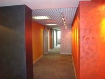 Korridor i kontoret perspektiv royaltyfri bild