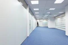Korridor i kontorsbyggnaden arkivfoto