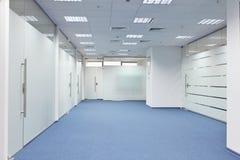 Korridor i kontorsbyggnaden arkivfoton