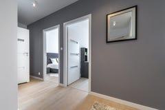 Korridor i modern lägenhet royaltyfria foton