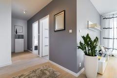 Korridor i modern lägenhet fotografering för bildbyråer