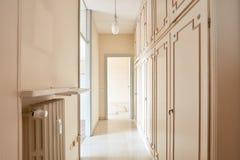 Korridor i tom lägenhet royaltyfri foto