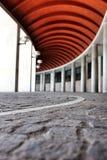 Korridor im Freien mit rotem Dach Stockfotos