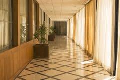Korridor im Gebäude mit Anlagen Stockbilder