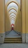 Korridor med en kolonnad Arkivbild