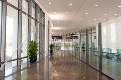 Korridor med exponeringsglas och metall Arkivbild