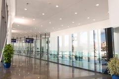 Korridor med exponeringsglas och metall Arkivfoton
