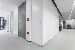 Korridor med gråa dörrar Fotografering för Bildbyråer