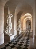 Korridor med marmorstatyer på den Versailles slotten, Frankrike Arkivfoto