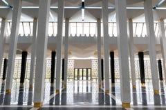 Korridor med pelare och dörr på det annat slutet arkivfoto
