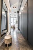 Korridor med spegeln och stolen royaltyfri foto