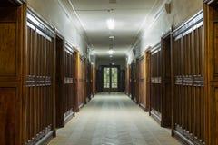 Korridor med trädörrar royaltyfria foton