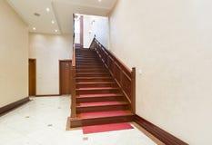 Korridor med trappa - hotellinre fotografering för bildbyråer