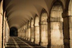 Korridor mit Bögen Stockfoto