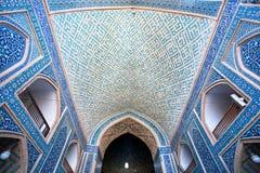 Korridor mit keramischem mit Ziegeln gedeckt innerhalb der Moschee Stockbild